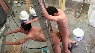 Des ouvriers de la construction montrent au nouveau venu comment se déroule cette équipe