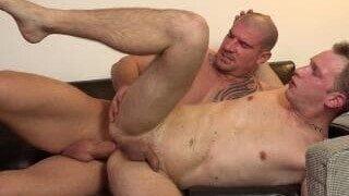Un hunk expérimenté se promène en amateur dans sa première scène gay