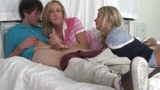 La belle-mère regarde sa fille baiser avec son mec